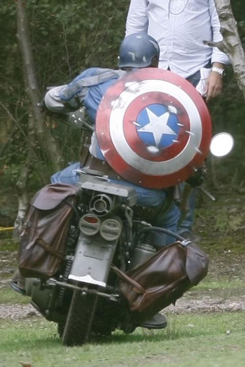 traje escudo y moto del capi en el rodaje de captain america the first avenger comics en 8mm. Black Bedroom Furniture Sets. Home Design Ideas